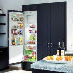 Холодильник, встроенный в нишу вместе с шкафчиками