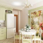 Красивая картина на стене добавляют уюта и яркости на милую кухню