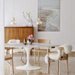 Красивый обеденный стол в дали от рабочей зоны