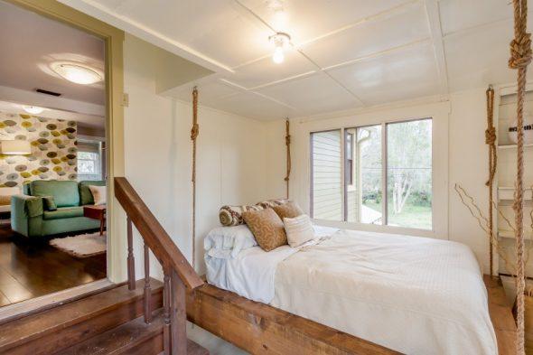Кровать подвешена к потолку