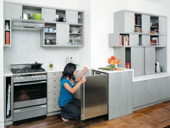 Миниатюрный холодильник в шкафу