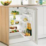 Небольшая кухня с маленьким холодильником под столешницей