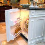 Небольшой холодильник, спрятанный под стол
