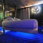 Необычная подвесная кровать с подсветкой