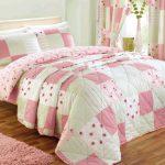 Очень нежное стеганное покрывало на кровать светлого романтичного интерьера