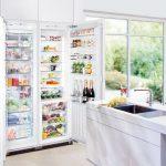 Огромный холодильник спрятан в нишу вместе с высокими шкафчиками