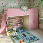 Практичная детская кровать с полками и шкафчиками для вещей