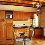Расположение обеденного стола осторовом в центре кухни