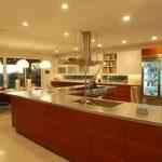 Шикарная кухня с прозрачным встроенным холодильником