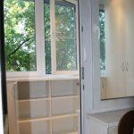 Шкаф и полки под окном на балконе