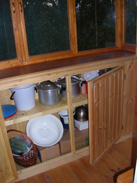Длинный шкаф, размещенный под вдоль всего окна