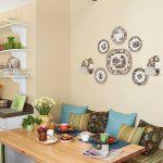 Симметричная компоновка тарелок на стене кухни