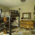 Спальня, выполненная в промышленном стиле с неординарной кроватью-чердаком