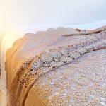 Светлое нежное вязанное покрывало на большую кровать