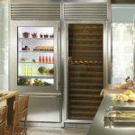 Удобный встроенный холодильник с прозрачными дверями