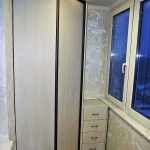 Угловой шкаф и невысокая тумба на балконе