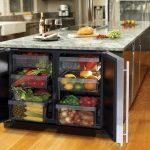 Встроенный холодильник для овощей и фруктов в острове кухни