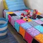Вязанное покрывало для кровати из разных квадратов