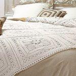 Вязанный плед с подушками для большой кровати