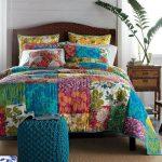 Яркое часто простеганное лоскутное покрывало на кровать