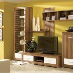 Деревянная мебель в гостиной