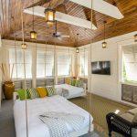 Белая подвесная кровать в дачном домике