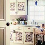 Белые шкафчики с оригинальными рисунками на дверях