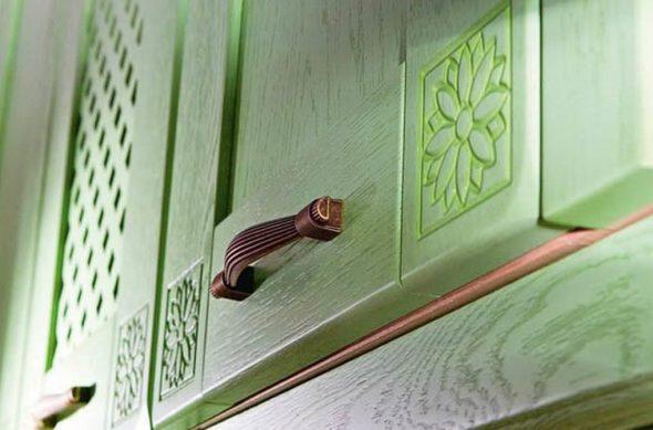 Покраска мебели с помощью валика