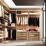 Большая гардеробная, отделенная раздвижными дверями