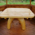 Деревянный стол - неотъемлемый атрибут беседки