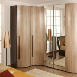 Деревянный угловой шкаф с зеркальными дверями