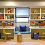 Детская комната с двумя столами и местом отдыха у окна
