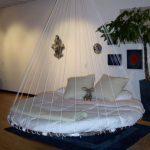 Детская круглая кровать, подвешенная на веревках