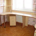 Двойной письменный стол у окна