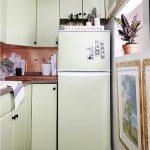 Если холодильник не встроен в гарнитур и не вписывается в интерьер кухни можно обклеить его и фасады мебели пленкой одного тона