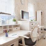 Функциональные и удобные столы вдоль окон