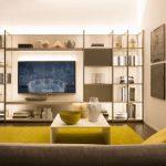 Гостиная с мягкой мебелью и стеллажами