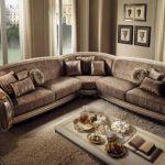 Гостиная с угловым диваном в классическом стиле