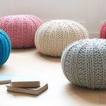 Красивые вязанные пуфики разных цветов