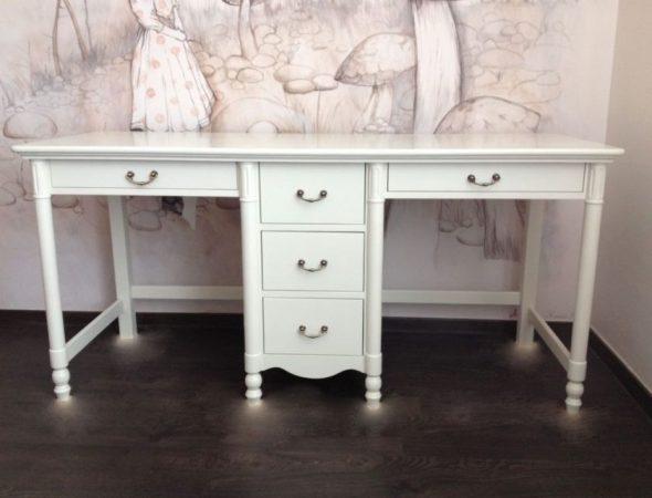 Красивый белый стол с тумбой