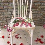 Красивый венский стул с тюльпанами