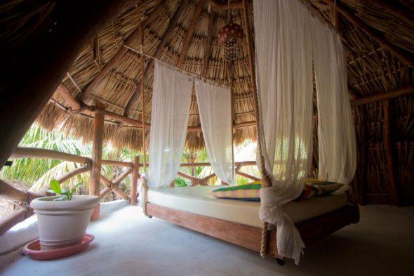 Кровать на канатах с занавесками