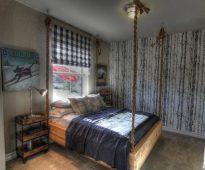 Необычная подвесная кровать в загородном доме
