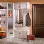 Необычный шкаф в углу с открытыми полками и шкафчиками для прихожей