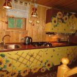 Обновление кухни с помощью пленки с рисунками подсолнухов
