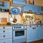 Окрашенная голубая мебель с декором