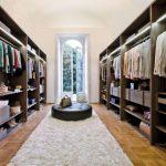 Параллельное расположение гардеробной