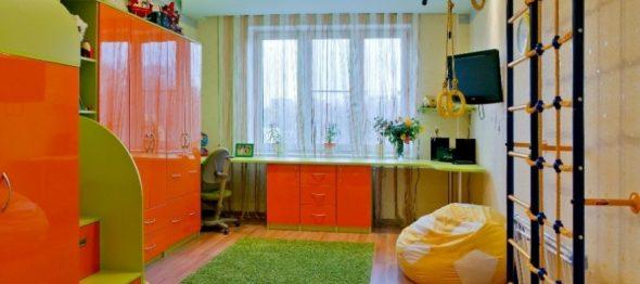 Письменные столы перед окном