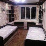 Подростковая комната с письменными столами у окна