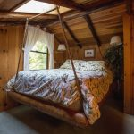 Подвесная кровать в деревенском стиле